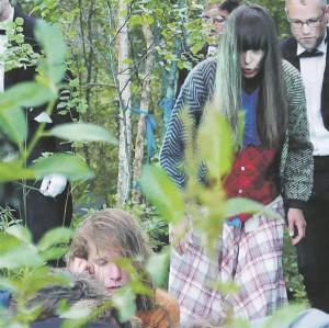 """""""Isuri eeposes"""" asjatavad näitlejad rabalaval justkui omasoodu,  selgelt ette antud teekonda läbides ja haruharva publiku poole vaadates. Fotol Risto Kübar ja Inga Salurand."""