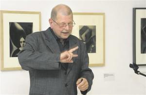 Brno Morava galerii kuraatorilt Antonín Dufekilt on ilmunud mitmeid kaalukaid  Tšehhi avangardfoto käsitlusi.