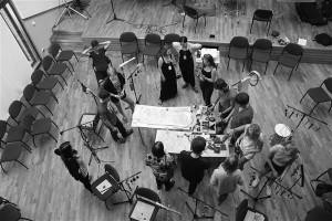 Esimesed improvisatsiooniharjutused tehti ringis, kus pidi valitud pilliga heli tekitama, oma heli teisega sobitama ja pilgu või noogutusega mängimisjärje üle andma.