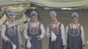 Rahvarõivais lauljad Komi Vabariigi aastapäevale pühendatud kontserdil Kulömdini rajooni kultuurimaja ees.