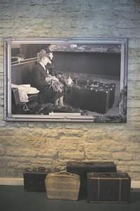 Näituse ülesehitus suunab vaataja pigem üldmuljele, jutustatavale loole kui eksponaatide tutvustusi lugema.