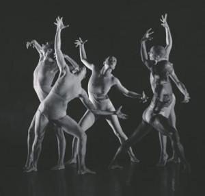 """""""Killer Pig"""" oli rave'ilik etendus. Minimalistlikud ihuvärvi kostüümid tõid hästi esile tantsijate sitke keha ja joonistasid välja lihastöö, kiskudes nad sel moel alasti."""