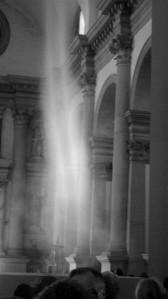 """Anish Kapoori installatsioon """"Ülestõusmine"""" (""""Ascension"""") Basilica di San Grigrio Maggiores 2011. aastal Veneetsia biennaalil kujutas endast kiriku keskmises löövis spiraalsena kerkivat suitsusammast."""