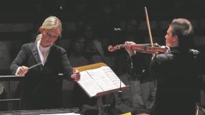Põhjamaade Sümfooniaorkester avas oma hooaja lisaks Tartule ja Tallinnale ka Stockholmis Berwaldhallenis. Pildil dirigent Anu Tali ja solist Sergei Dogadin.