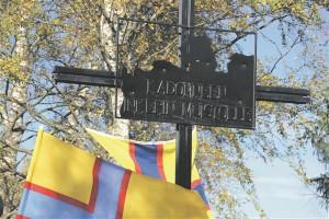 """""""Kadunud Ingeri mälestuseks""""– mälestustahvel Skuoritsa Rahkola küla kalmistul 2013. aasta sügisel."""