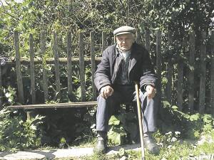 """Ingeri mees on argielus nii lüürik kui ka oinapea. Kupanitsa Arponja tupakarhu (""""memm"""") Mikko Kekki istub muldrikul ja vaatab tagasi oma elule."""