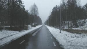 Lõpus seisab üksik jalgrattatee, kus pärast sula, vihma, lund tõuseb päike.