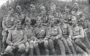 Frontovik'ud. Tagumises reas vasakult kolmandana seisab näitleja Juri Nikulin.