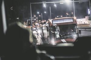 """""""Odysseia"""" pidulauast teatritäie inimestega tellitud busside peale minek on kõike muud kui rutiinne."""