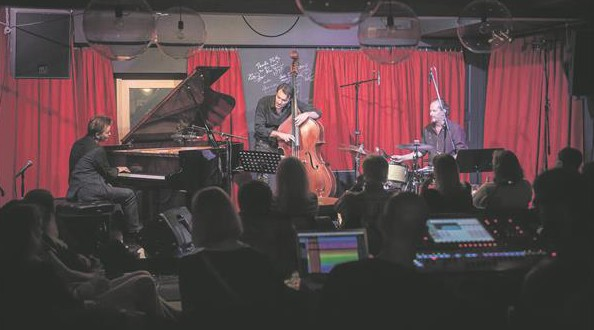 Kristjan Randalu, meie kõikide aegade väljapaistvaim jazzpianist, on valinud triopartneriteks Euroopa jazzi esimese ešeloni muusikud, bassist Mats Eilertseni ja trummar Markku Ounaskari, kes teevad ilma põhjamaises jazzis.