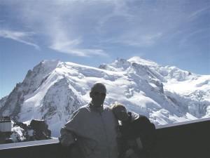 ETL ja HL Chamonix's Aiguille du Midi vaateplatvormil (3842 m)  Mont Blanci tipu taustal.