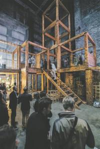 """TABi laboratooriumis mõjus kõige imposantsemalt Marco Casagrande installatsioon """"Kaaslinn"""", mille hiiglaslikud liimpuitkonstruktsioonid kõrgusid kogu sümpoosioni kohal."""