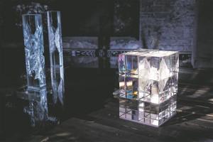 Ivo Lille Telliskivi loomelinnaku näituse puhul räägib aktiivselt kaasa vesi, lisades massiivsele, sirgeseinalisele objektile peegelpildi, mis kerges lainetuses mahedaks värviväreluseks hajub.
