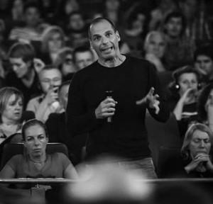 Yanis Varoufakis kõnelemas 2013. aasta õõnestusfestivalil, peamiselt erinevate vasakaktivistide ülesastumistega sisustatud traditsioonilisel maiüritusel Zagrebis.