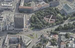 Futudesign ja Pluss ühismeeskond lahendas kesklinna reisiterminali metroojaamana kahe kesklinna vahel. Paekivist kumer vorm Helsingis ja graniidist nõgus vorm Tallinnas esindaksid ühe terviku kahte osa.