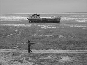 Süsteemi muutmata ei ole mudaliigasse sattumise eest kaitstud ükski teadusvaldkond. Hüljatud laev kuivanud Kasahstanis Araali meres.