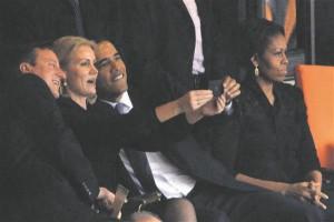 Taani peaminister Helle Thorning-Schmidt, USA president Barack Obama ning Suurbritannia peaminister David Cameron teevad Nelson Mandela mälestustseremoonia ajal endlit. Seda Selfiegate'iks nimetatud sündmust on käsitletud meediaskandaali ja moraalipaanikana.