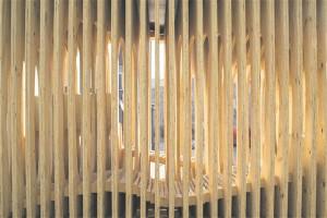 Varjualuse ribiline struktuur paistab otsevaates läbi, kuid nurga all moodustub läbipaistmatu sein.