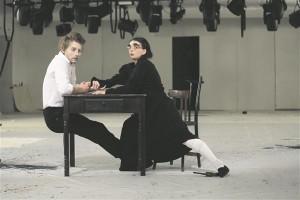 """""""Hiline armastus"""". Brežnevi kulmudega vananev peretütar (Maria Smolnikova) kosib rahahädas elukunstnikku (Aleksandr Kuznetsov)."""