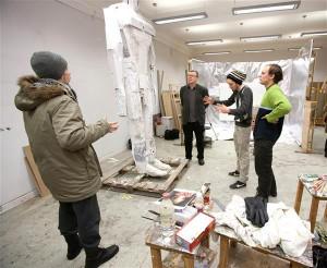 """Näituse """"Tiiu Lind"""" ettevalmistamine 2013. aasta jaanuaris Y-galeriis. Vasakult Tanel Tolsting, Ken of Estland, Jaan Elken, Edgar Tedresaar ja Matthias Sildnik. Kaua kestnud lahinguolukord on liitnud TÜ maaliosakonna õppejõud ja tudengid. Sellelt pinnalt on sündinud kunsti, mille üle tuntakse uhkust."""