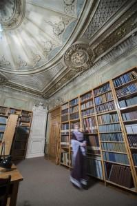 Lilla Daam, kirjandusmuuseumi kummitus arhiivraamatukogu lugemissaalis.