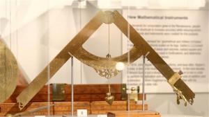 Tänapäeva teadusfilosoofias on tavaks väita, et esimene teadlane oli Galileo Galilei, kes püstitas hüpoteese ja kontrollis eksperimentaalselt nende kehtivust. Pildil Galilei disainitud kompass, valmistatud arvatavasti 1604.