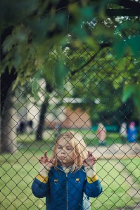 """Elo (Katriin Meribel Kungla) lasteaiavangistuses. Kaader filmist """"Elo"""""""