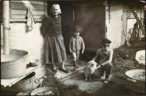 1985. aastal jäädvustas Eve Kiiler traditsioonilist eluviisi Kihnu saarel, keskendudes naiste ja argielu toimetuste pildistamisele. Eve Kiiler