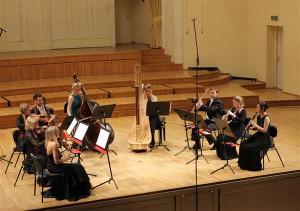 """Süidis Andre Messager' balletist """"Kaks tuvi"""" oli laval keelpillikvintett koos puhkpillide ja harfiga ja  neist mõnigi sai end näidata suurepärase solistina."""
