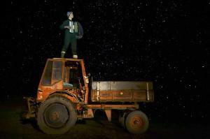 """Videoetüüd """"Tugevatetee"""" mõjub positiivse üldistava kuvandina, eriti poeetiline on öine stseen traktori katusel akordioni mängiva naistraktoristiga."""