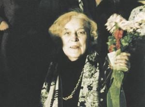 """Betti Alver kontserdil Vanemuise teatris 1981. aastal.  Pilt filmist """"Üks pilk Betti Alverile"""" (1989)."""
