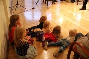 Kiviräha muinasjutt ja Rannapi muusika haarasid laste jäägitu tähelepanu.