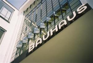 """Bauhausi asutaja rõhutas vajadust arendada välja disainidistsipliin, mis hõlmaks skaalat pisimast suurimani, võttes omaks """"totaalse arhitektuuri"""" põhimõtted, selle uue orgaanilise arhitektuuri, mis on üheaegselt tööstusajastu toodanguks ja väljenduseks.  Fotol Herbert Bayeri loodud kirjatüüp Bauhausi kooli fassaadil Dassaus."""