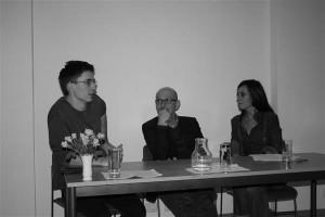 Ei ole hoo ega hoobi vahet: Juan S. Guse vestleb María Cecilia Barbettaga,  nende vahel istub üks ürituse korraldajaid professor Hans-Gerd Koch.