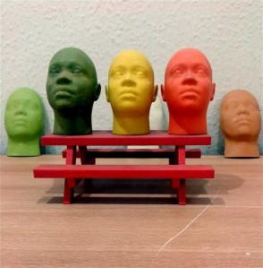 Meile võib tunduda, et oleme anonüümsed, kuid see on suuresti näivus. Mask võib selle kandja kohta enamgi rääkida kui katmata nägu. Maske ei saa valida suvaliselt ja neid tuleb ka suuta ära kanda.  3D-printeriga valmistatud miniatuursed inimnäod.
