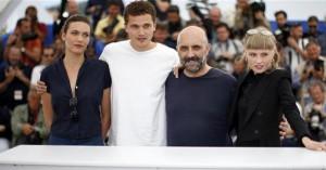 """""""Armastuse"""" kolm noort staari ja Gaspar Noé (paremalt teine) filmi esilinastusel Cannes'is."""