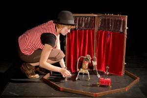 """Nukuteatri """"Gelsomiina tsirkuses"""" räägitakse lugu despoodist tsirkusevalitseja võimu alla aheldatud klounitüdrukust (Sandra Lange), kes lõpuks vangistusest vabaneb."""