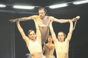"""VAT-teatri  lavastuses """"Aadam ja Eeva"""" jutustavad draamanäitlejad inimese ja teda lükkavate-tõmbavate jõudude lugu balletivõtmes."""