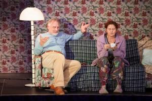 Elus pettunud ema (Merle Jääger) ja hoolitsev peresõber Bruno (Aivar Tommingas).