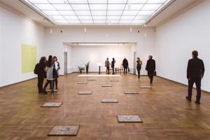 """Tallinna Kunstihoone suurde saali sisenejad võtab vastu Dora García installatsioon """"Varasta see raamat"""", tagumises otsas on koha leidnud poeetilise kunstniku Alex Cecchetti pilvedest inspireeritud impressioonid."""