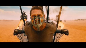 Aasta kunstiliselt kõige õnnestunuma Hollywoodi suurfilmi peategelane Mad Max (Tom Hardy) veedab esimese poole filmist kõiki reegleid eirates passiivses seisundis.