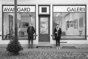 Galerii koht on peatänaval, mitte kuskil kangialuses, kuhu on keeruline minna ja jõuda. Avangardi galerii on Pärnu südalinnas Rüütli tänavas. Asutajad Jan Grau ja Marian Kivila.