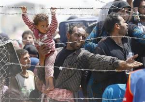 Süüria põgenikud Türgi piiril pahameelt avaldamas.