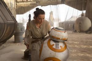 Vanad meemid uues kuues: naispartisan Rey (Daisy Ridley) kohtub nunnu piuksuva roboti BB-8ga,  et toimetada mässajateni roboti valduses olev väärtuslik kaart.