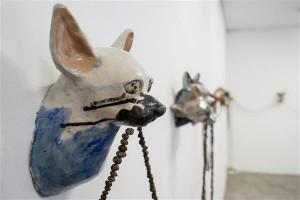 Edith Karlsoni saviloomade verejanu toob näituse idee välja: kui loomad murravad vajadusest ellu jääda, siis inimesed teevad seda sageli võimuihast ajendatuna.