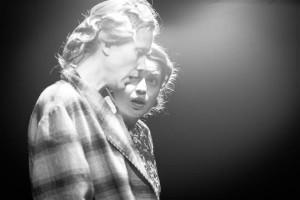 """Reeglina on """"Klaasist loomaaia"""" peategelasena käsitletud sündmusi meenutava noore poeedi Tomi lombakat õde Laurat (Ester Kuntu),  kuid VAT-teatri lavastuses tõuseb jõuliselt esile ema Amanda (Katariina Unt)."""