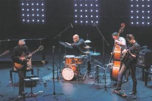"""CD """"Nüüd ma tean"""" esitluskontserdil Ain Agan, Mika Kallio,  Mihkel Mälgand ja Teemu Viinikainen."""