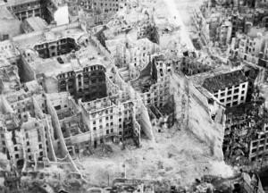 Teine maailmasõda ületas oma uskumatu usutavaks muutumisega ka kõige julgemate romantikute ettekuulutused. Kes oleks veel XX sajandi kolmekümnendate aastate keskpaigas uskunud, missugune näeb välja  Berliin kümne aasta pärast?