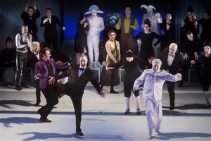 """Vilniuse vene draamateatri """"Jevgeni Onegin"""" oli nähtud lavastustest vahest kõige hämmastavam, aga ka kõige väljamõeldum,  sest millist teist sõna kasutada,  kui Puškini teoses löövad kogu etenduse jooksul laulu ja tantsu ka Lenin ja Stalin koos Napoleoni ja PeeterI-ga."""