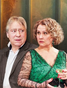 """Riia vene teatri """"Segastes tunnetes"""" on peaosas Moskva Estraaditeatri kunstiline juht Gennadi Hazanov ja tema partneriks Galina Rossiiskaja."""